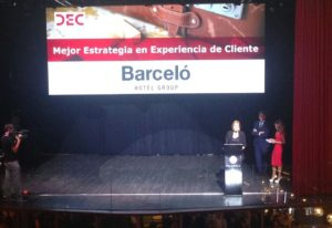 Sara Ramis, directora de Marketing Corporativo, recogiendo ayer el Premio DEC en nombre  de Barceló Hotel Group